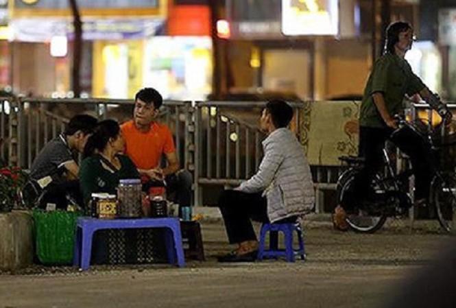 Hàng quán chiếm dụng đường cho người đi bộ ven sông Tô Lịch