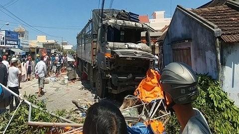 Xe tải mất lái càn quét hàng loạt hàng quán bên đường