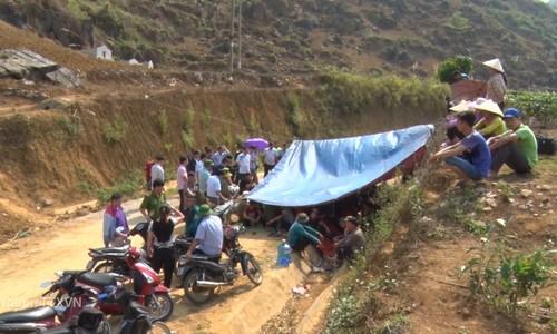 Hơn trăm người lập chốt chặn xe chở rác vào bãi ở Lai Châu
