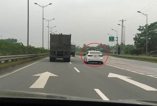 Clip: Chạy 100km/h trên cao tốc vẫn mở cửa sổ trời cho hai con thò đầu ra chơi