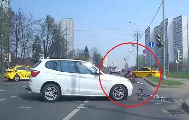 Đạp xe vượt đèn đỏ, thanh niên bị ôtô đâm lộn nhào