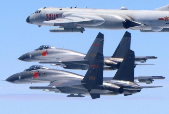 2 máy bay chiến đấu J-11 và máy bay ném bôm H-6K của quân đội Trung Quốc bay trên vùng trời giữa Trung Quốc đại lục và Đài Loan. (Ảnh: Xinhua)