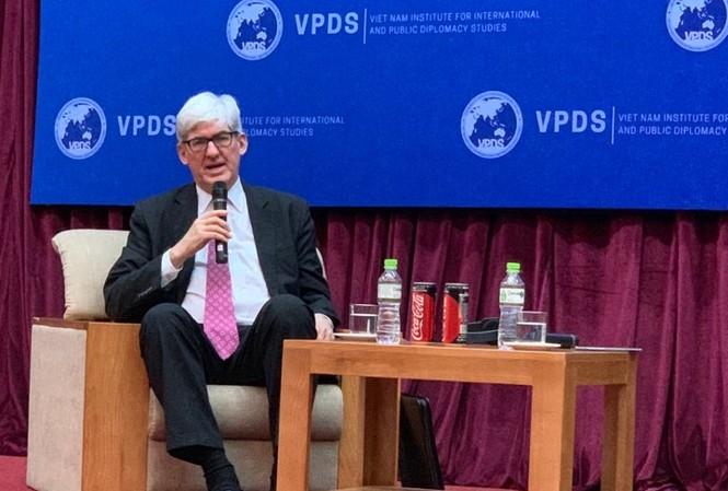 Phó Trợ lý ngoại trưởng Mỹ Walter Douglas tại buổi thuyết trình. (Ảnh: VA)