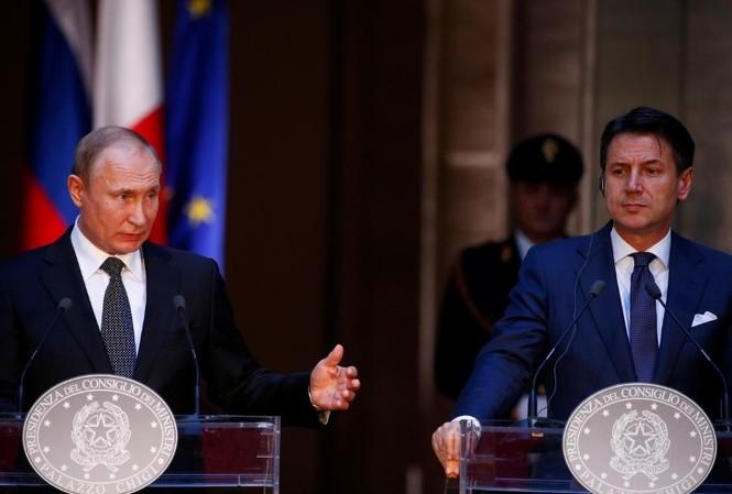 Tổng thống Nga Vladimir Putin và Thủ tướng Italia Giuseppe Conte trong cuộc họp báo chung ngày 4/7 tại Rome. (Ảnh: Reuters)