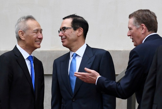 Phó Thủ tướng Trung Quốc Lưu Hạc nói chuyện với đại diện thương mại và Bộ trưởng Tài chính Mỹ hôm 10/5 tại Washington. (Ảnh: Reuters)
