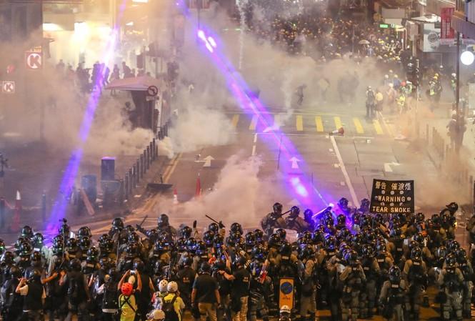 Quang cảnh hỗn loạn trên đường phố Hong Kong. (Ảnh: SCMP)