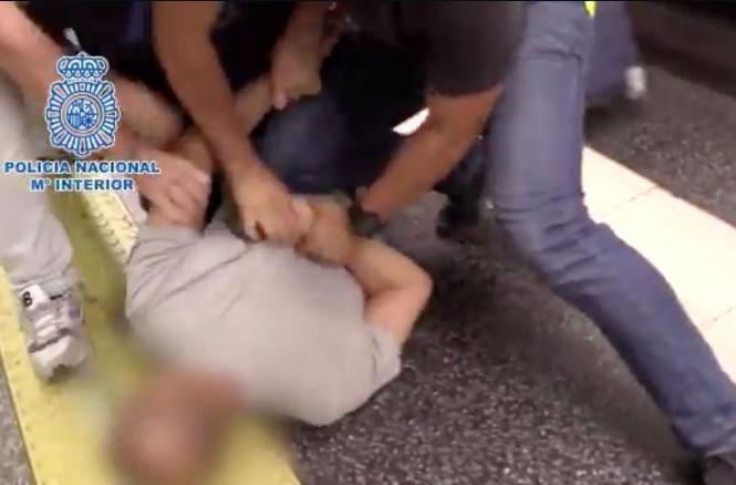 Cảnh sát Tây Ban Nha bắt được gã đàn ông khi hắn đang quay lén phụ nữ
