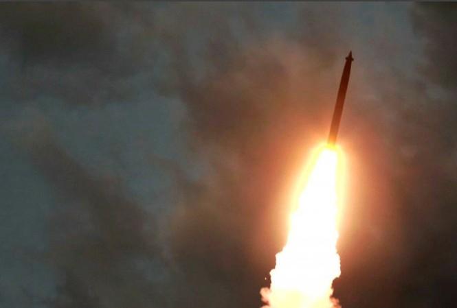 Ông Kim Jong Un giám sát vụ thử 'bệ phóng tên lửa siêu lớn'