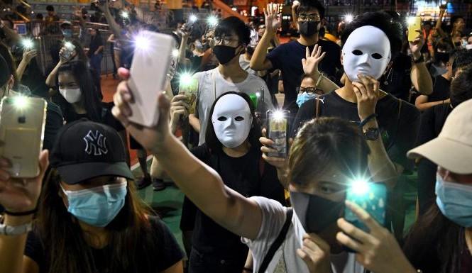 Người biểu tình Hong Kong bất chấp lệnh cấm đeo khẩu trang, mặt nạ khi biểu tình hoặc tụ tập đông người. (Ảnh: Philip Fong)