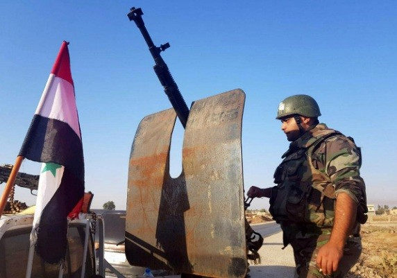 Một lính của quân đội chính phủ Syria ở thị trấn Tel Tamer ở miền bắc Syria. (Ảnh: Reuters)