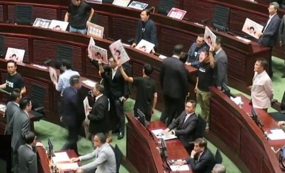 Quang cảnh hỗn loạn trong cuộc họp của cơ quan lập pháp Hong Kong hôm nay. (Ảnh BBC)