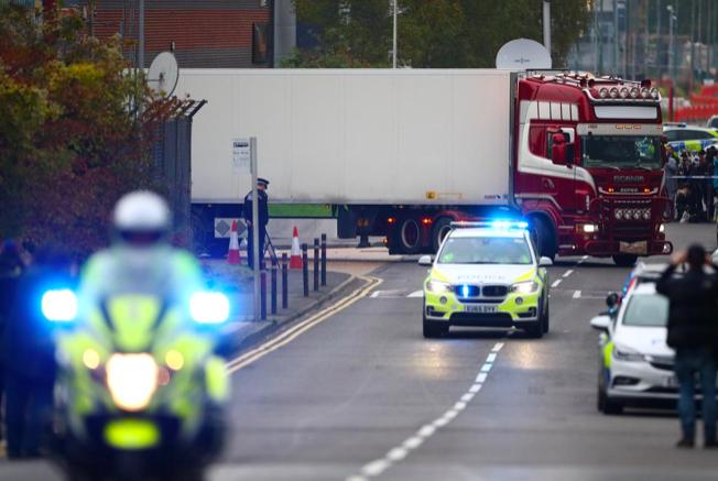 Hiện trường phát hiện chiếc xe tải chở 39 người đã thiệt mạng. (Ảnh: Reuters)