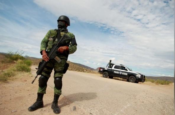 Lính Mỹ tuần tra ở khu vực gần biên giới với Mexico. (Ảnh: Reuters)