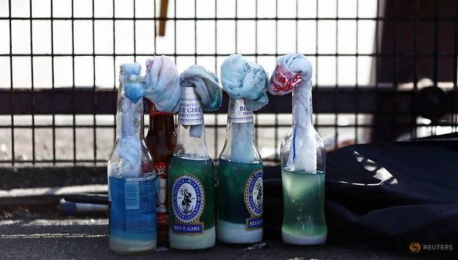 Một số quả bom xăng do người biểu tình Hong Kong chuẩn bị. (Ảnh: Reuters)