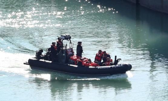 Lực lượng tuần tra Anh vừa cứu được một nhóm người di cư bất hợp pháp bơi trên biển. (Ảnh: EPA)