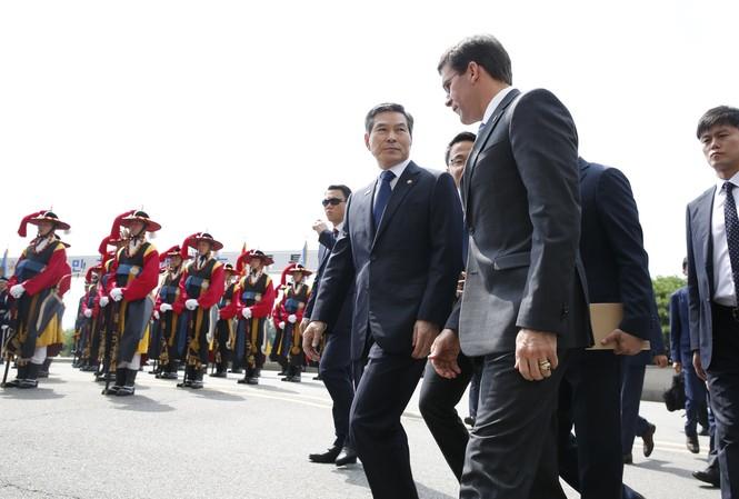 Bộ trưởng Quốc phòng Hàn Quốc Jeong Kyeong-doo (trái) đón người đồng cấp Mỹ đến thăm. (Ảnh: AP)