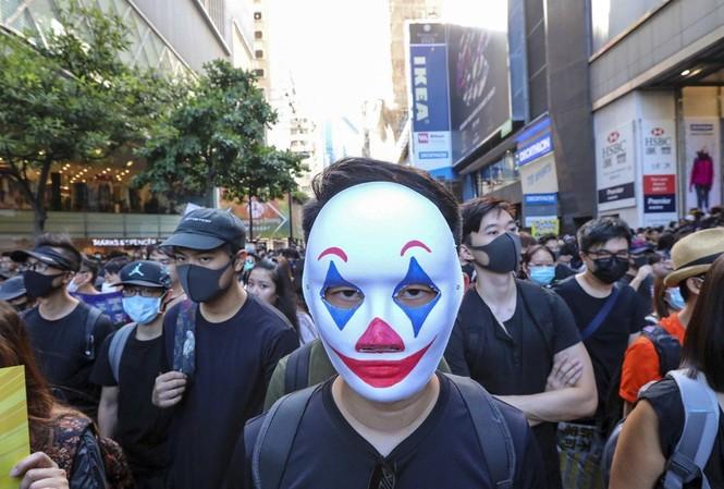 Người biểu tình Hong Kong đeo mặt nạn để tránh bị nhận dạng. (Ảnh: SCMP)