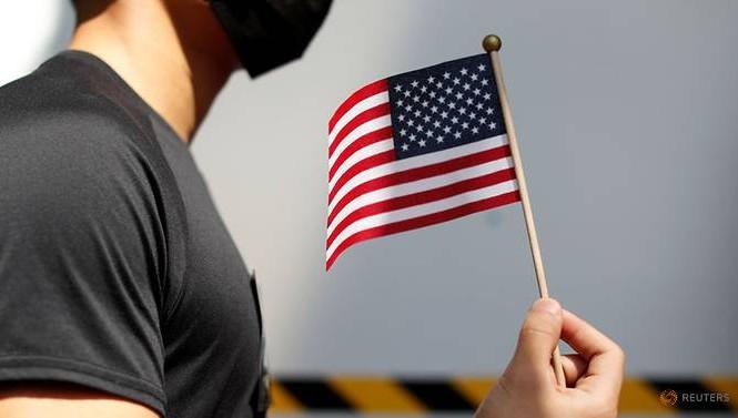 Một người biểu tình Hong Kong cầm cờ Mỹ. (Ảnh: Reuters)