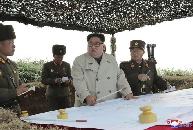 Ông Kim Jong Un đi kiểm tra đơn vị trên đảo Changrin. (Ảnh: KCNA)