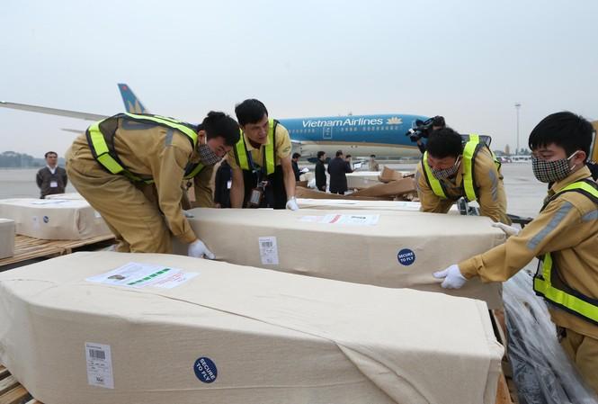 Các thi hài được đưa về sân bay Nội Bài. (Ảnh: BNG)