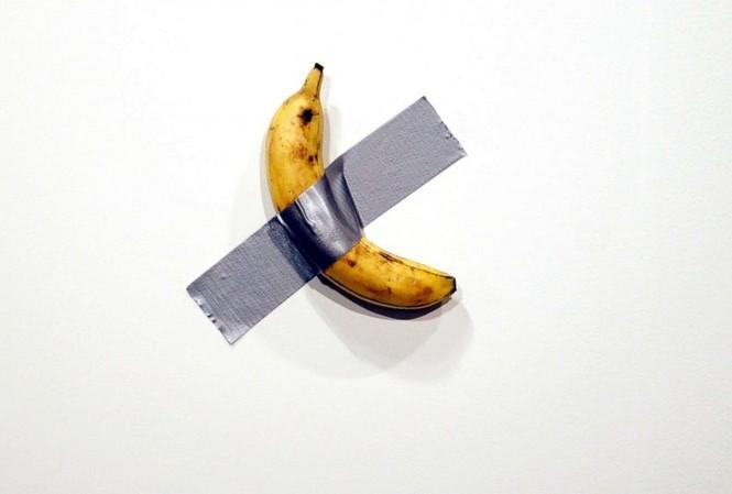 """Tác phẩm """"Comedian"""" là một quả chuối dán lên tường bằng băng dính. (Ảnh: CNN)"""