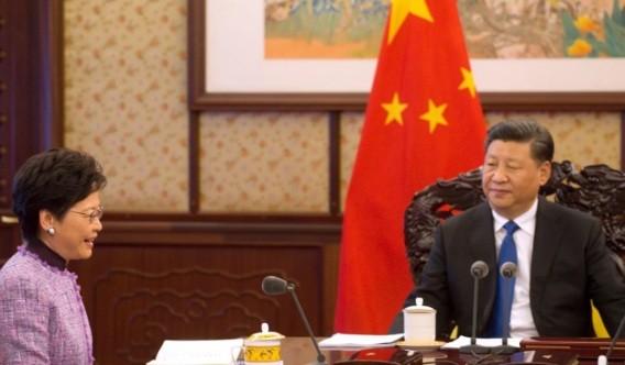 Trưởng đặc khu Hong Kong Carrie Lam trong cuộc gặp Chủ tịch Trung Quốc Tập Cận Bình vào tháng 12 năm ngoái. (Ảnh: ISD)