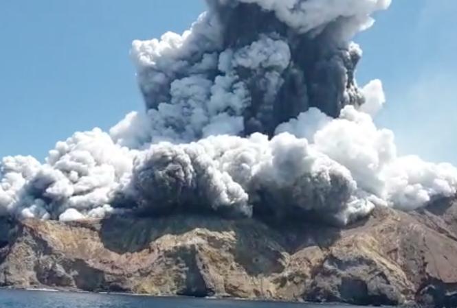Núi lửa bất ngờ phun trào trên Đảo Trắng của New Zealand hôm 9/12