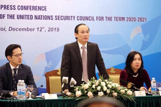 Thứ trưởng Lê Hoài Trung (giữa) trong cuộc họp báo ngày 12/12. (Ảnh: TTXVN)