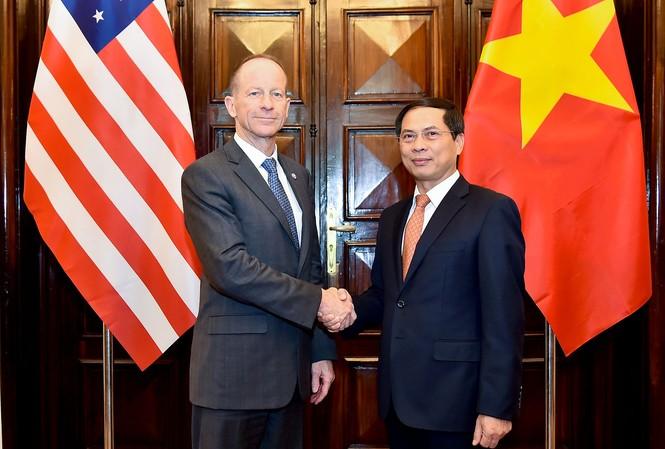 Trợ lý ngoại trưởng Mỹ David Stilwell và Thứ trưởng Ngoại giao Bùi Thanh Sơn. (Ảnh: Mofa)