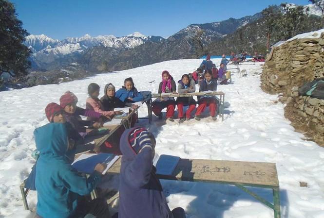 Tuyết rơi không ngừng, học sinh vẫn ngồi học giữa trời