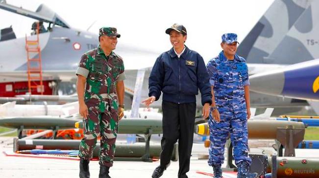 Tổng thống Joko Widodo (giữa) trong chuyến thị sát cuộc diễn tập quân sự ở quần đảo Natura vào tháng 10/2016. (Ảnh: Reuters)