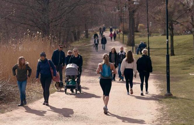 Người dân đi dạo trong một công viên ở Thuỵ Điển. (Ảnh: CNN)