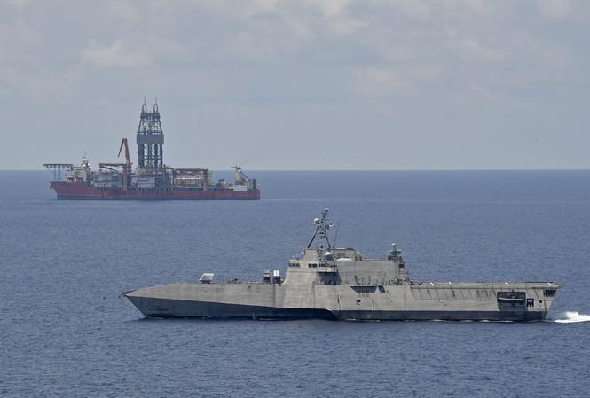 Tàu tác chiến Mỹ hiện diện gần tàu khoan dầu West Capella