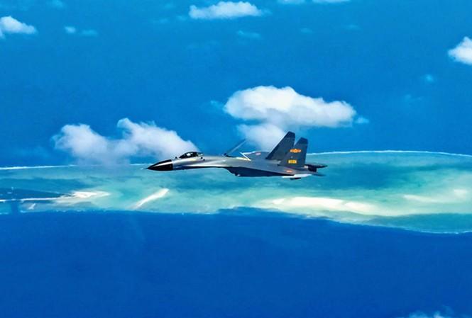 Một tiêm kích Trung Quốc bay trên biển Đông. (Ảnh: Xinhua)
