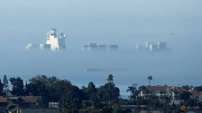 Một tàu hàng đậu trên vùng biển California hôm 23/4, khi tình hình COVID-19 vẫn diễn biến nghiêm trọng. (Ảnh: Reuters)