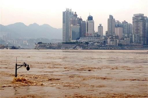 Nước lũ dâng cao gần ngập cột đèn ở TP Trùng Khánh, Trung Quốc. (Ảnh: AP)