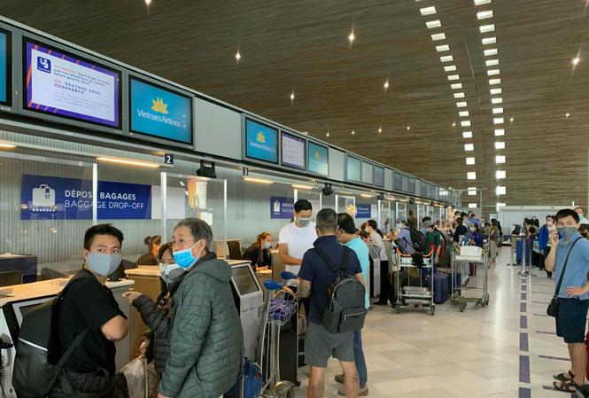 Các công dân làm thủ tục tại sân bay. (Ảnh: Mofa)