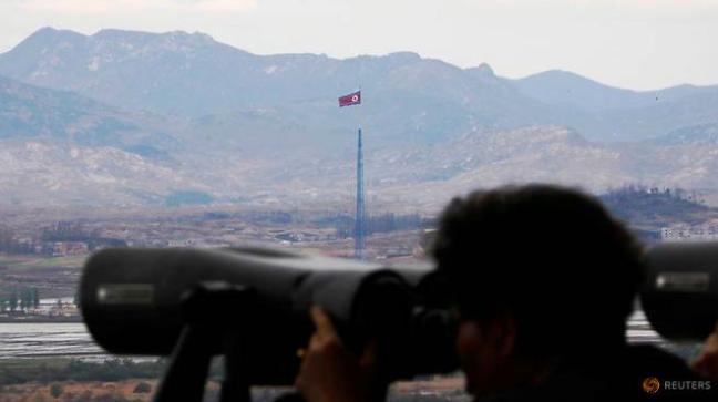 Cột cờ Triều Tiên nhìn từ khu phi quân sự phía Hàn Quốc. (Ảnh: Reuters)