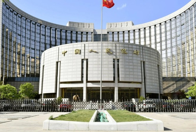 Trước trụ sở Ngân hàng trung ương Trung Quốc. (Ảnh: Kyodo)