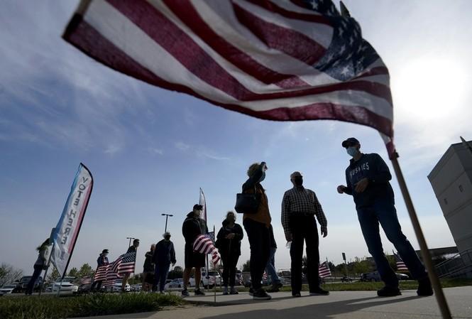 Cử tri Mỹ đi bỏ phiếu sớm ở Kansas. (Ảnh: AP)
