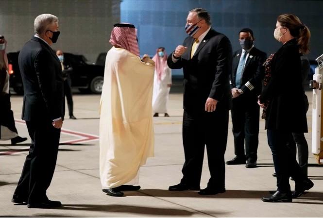 Ngoại trưởng Mỹ Mike Pompeo đến sân bay Neom của Ả-rập Xê-út ngày 22/11. (Ảnh: AP)