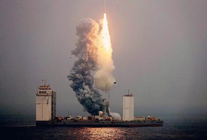 Tên lửa Trường Chinh 11 được phóng từ giàn khoan di động trên Hoàng Hải vào 6/2019. (Ảnh: Reuters)