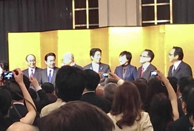 Ông Shinzo Abe tham dự một bữa tiệc tối trong một sự kiện ngắm hoa ánh đào vào tháng 4/2019. (Ảnh: Kyodo)