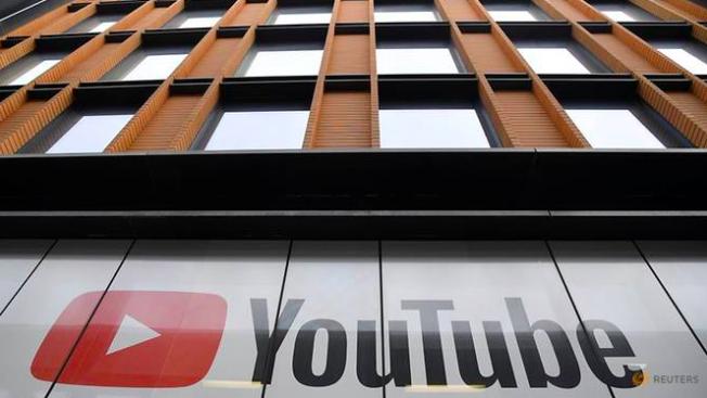 Biểu tượng của YouTube tại văn phòng ở London, Anh. (Ảnh: Reuters)