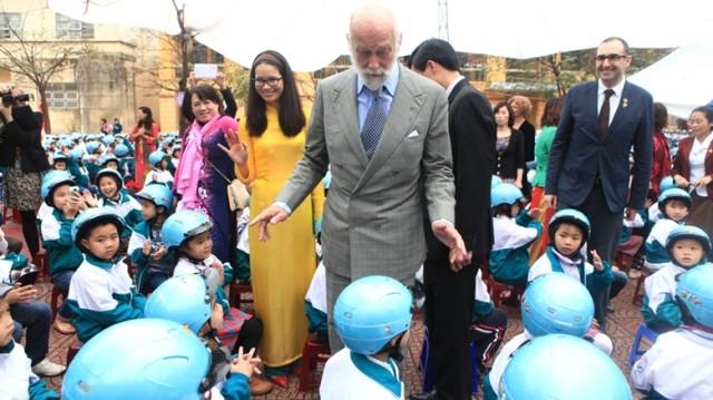 Hoàng tử xử Kent trò chuyện với học sinh.