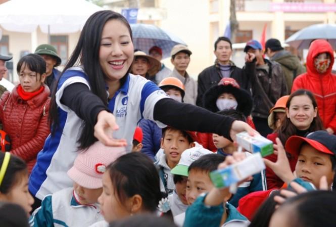 Buổi lễ trao sữa trở nên sôi động bởi sự xuất hiện của Hoa hậu thế giới người Việt Ngô Phương Lan.