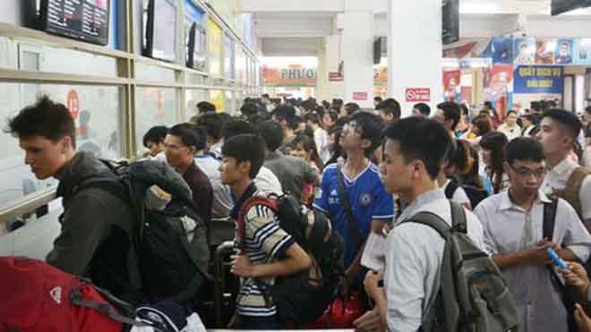Khu vực quầy bán vé ở Bến xe Giáp Bát đông nghẹt người trong chiều 29.4