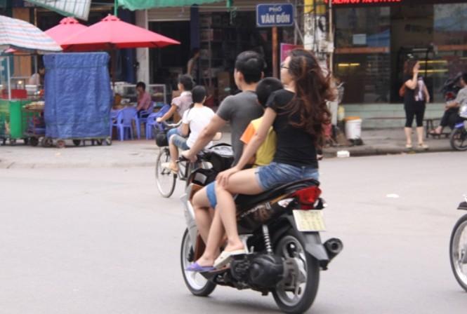 """Người dân Móng Cái """"vô tư"""" vi phạm giao thông"""