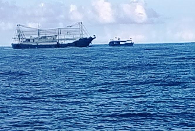 Tàu vỏ sắt Trung Quốc to lớn đang cố tình đâm tàu cá ngư dân Việt Nam (Ảnh do ngư dân cung cấp).