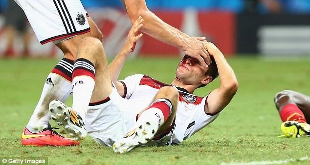 Muller nằm sân với những vết máu loang lổ trên mặt